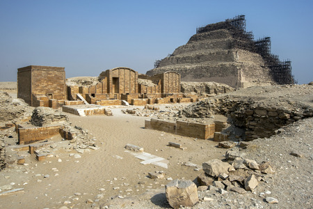 djoser: The Step Pyramid at Saqqara where the funerary structures of the pharaoh Djoser are located. In the foreground is the Courtyard of Heb-Sed. Stock Photo