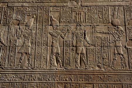 horus: Una secci�n de la pared contigua a la Mammisi (casa de nacimiento) en el templo de Horus que muestra los relieves da�ados por v�ndalos en la antig�edad. Foto de archivo