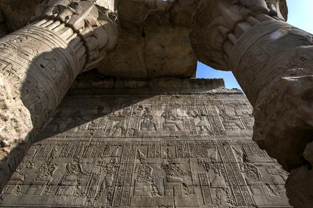 horus: Una sección de la Mammisi (casa de nacimiento) en el templo de Horus que muestra relieves todavía conserva el trabajo original de pintura. El templo de Horus en Edfu se encuentra en Egipto.