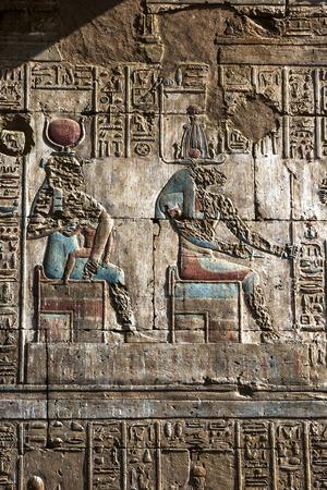 horus: Un alivio y jerogl�ficos grabados en el templo de Horus que muestra el dios Hathor (izquierda) y Osiris (derecha). El templo de Horus en Edfu se encuentra en Egipto.