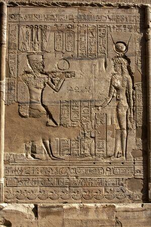 horus: Grabado relieves y jeroglíficos en el templo de Horus en el Tribunal de Ofrendas. El templo de Horus en Edfu se encuentra en Egipto.