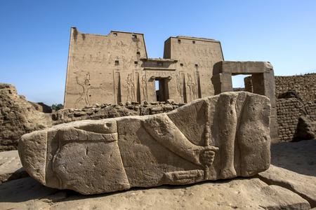 horus: El relieve grabado de una mano y la pierna en una piedra en el templo de Horus en Edfu, en Egipto. Foto de archivo