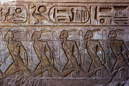 Ein Stich zeigt gebundenen Sklaven an der Wand in den Großen Tempel von Ramses II in Abu Simbel in Ägypten führt.