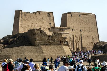 horus: Los turistas se reúnen hacia el templo de Horus en Edfu, Egipto. El templo fue comenzado por Ptolomeo III en 237BC.