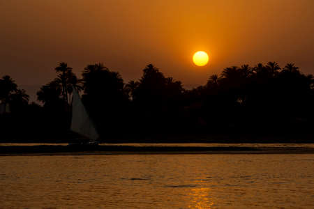 The sun sets over a section of the River Nile at Luxor in central Egypt. Foto de archivo