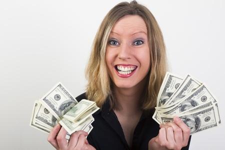 mano con dinero: Rubia joven sonriendo porque ella tiene mucho dinero