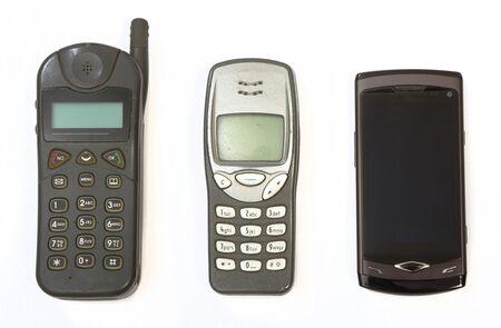 phone button: Mobiele telefoons uit drie verschillende generaties, zeer oude, midden oude en nieuwe smartphone