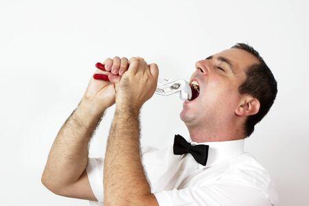 alicates: Hombre con corbata de lazo está tratando de tomar un diente con unos alicates