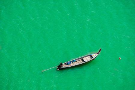Barco longtail tailandés de la visión superior, mar de Andaman, Tailandia Foto de archivo
