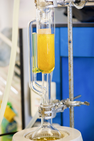 destilacion: Soxhlet Extractor.Percolator-caldera y reflujo., Matraz de destilación al calentarla química element.Organic class.Pharmacy Extracción