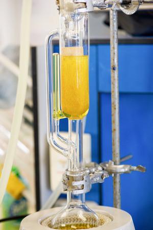 Soxhlet Extractor.Percolator-ketel en reflux., Destillatiekolf bij verhitting element.Organic chemie class.Pharmacy Extraction Stockfoto - 66588241