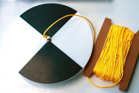 turba: Disco de Secchi con la cuerda en una tabla blanca, preparada para la medida de la transparencia del agua. Foto de archivo