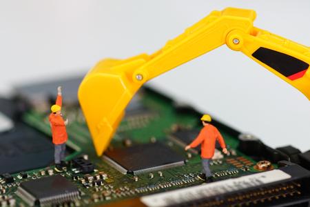 Miniatuurwerkers repareren harde schijf Stockfoto