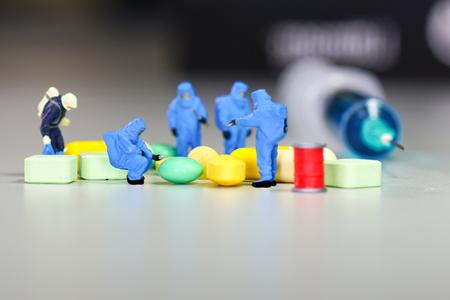 zvýšil: Miniature scientist at work with Medicine pills