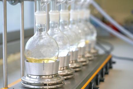 Extractor Soxhlet. Caldera de percolador y reflujo, matraz de destilación en elemento calefactor. Clase de química orgánica. Extracción de farmacia