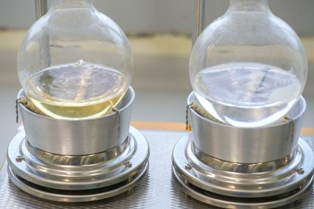 Soxhlet Extractor.Percolator-Kessel und Rückfluss, Destillationskolben auf Heizelement.Organic Chemieunterricht.Pharmacy Extraction Standard-Bild