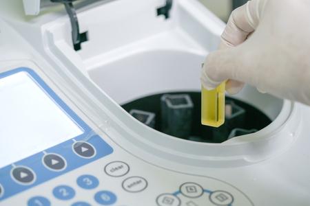 Wetenschapper die werkt aan de test van de waterkwaliteitstest door Spectrofotometer in het laboratorium Stockfoto - 96251915