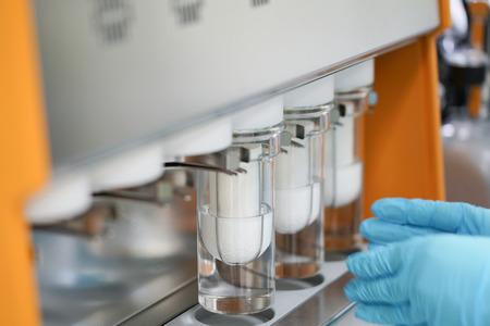 Extractor Soxhlet.Percolador-caldera y reflujo, matraz de destilación sobre elemento calefactor.Clase de química orgánica.Extracción de farmacia