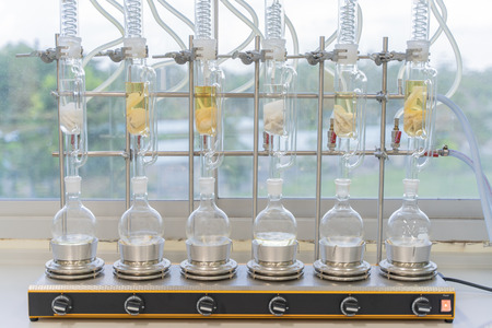 Soxhlet Extractor.Percolator-Boiler und Rückfluss, Destillationskolben am Heizelement.Organic Chemistry Class.Pharmacy Extraction Standard-Bild