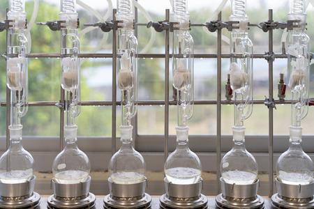 Soxhlet-Extraktor. Perkolator-Kessel und Rückfluss, Destillationskolben auf Heizelement. Organischer Chemieunterricht. Pharmazie-Extraktion.