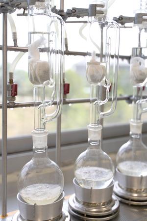 Extracteur Soxhlet. Percolateur-chaudière et reflux, ballon de distillation sur élément chauffant. Classe de chimie organique. Extraction de pharmacie.