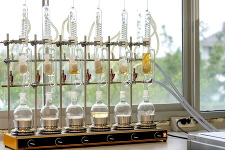 Soxhlet-Extraktor. Perkolator-Kessel und Rückfluss, Destillationskolben auf Heizelement. Organische Chemie-Klasse. Apotheke Extraktion.