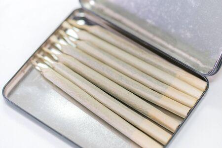 Marijuana cannabis joint in the cigarette case. Stockfoto - 141832266