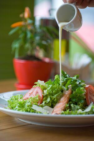 Gesunder gegrillter Hähnchen-Caesar-Salat mit Käse und Croutons. Selektiver Fokus