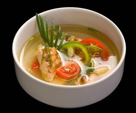 Una ciotola bianca con zuppa di pesce, Close up.