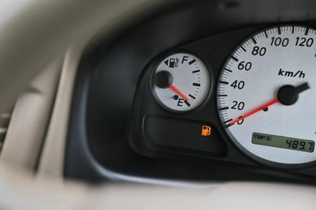 Rijdende auto met digitaal oliepeil op het dashboard geeft aan dat de brandstof laag is. Stockfoto - 92208568
