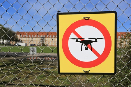 prohibition sign to fly with drones on the fence. No drone zone. Archivio Fotografico