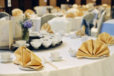 Chinese banquet party decor white table with gold napkin Standard-Bild