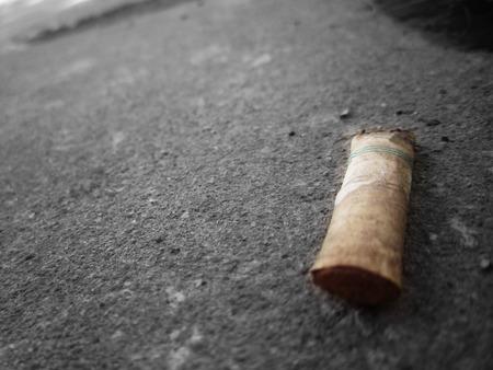 ordenanza: colillas de cigarrillos en la planta Foto de archivo