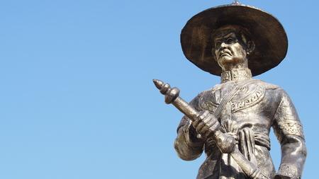 standbeeld van koning Taksin van Thonburi, de grote koning van Thailand geïsoleerd op blauwe hemelachtergrond