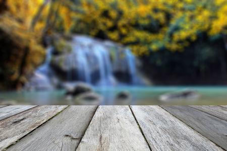 alte Vintage Beige Holz Textur mit verschwommenen Wasserfall Herbst Ton Hintergrund Standard-Bild