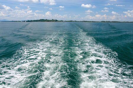 despertarse: Estela del barco en un mar
