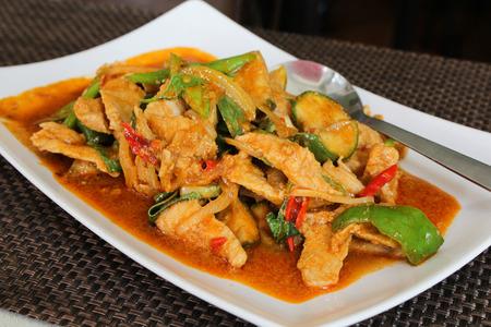 Thaise roergebakken varkensvlees en basilicum, Pad kra Prao Stockfoto