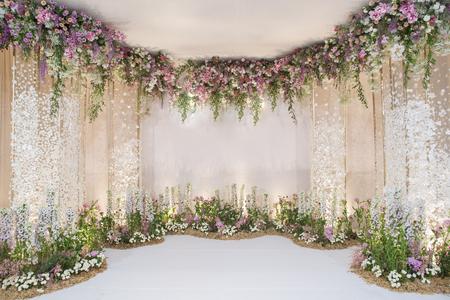Décor de mariage avec décoration de fleurs et de mariage Banque d'images - 76996103