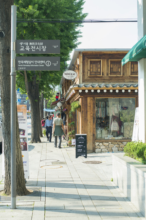 asian art: KOREA, SOUTH KOREA - May 21 : Korea street on May 21,2016 in Seoul South Korea. Editorial