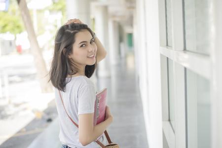 Un retrato de un estudiante universitario asiático en el campus