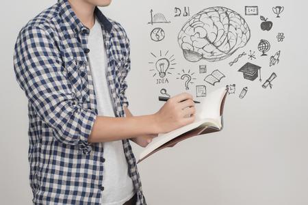 Cerca de estudiante universitario masculino con educación icono Foto de archivo - 77938266