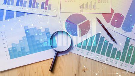 loupe et documents avec des données analytiques se trouvant sur le focus . Banque d'images