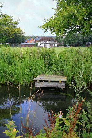 winchester: Molo su un canale del fiume Itchen vicino alla storica citt� di Winchester.  Archivio Fotografico