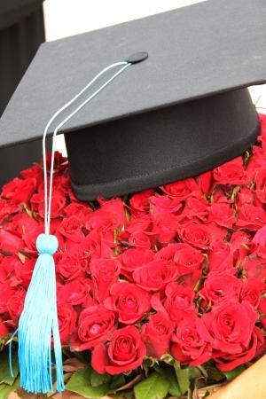 fondo de graduacion: Graduaci�n de la tapa y la hermosa flor Foto de archivo