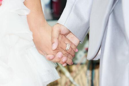 bröllop: Händer och ringar på bröllop Stockfoto