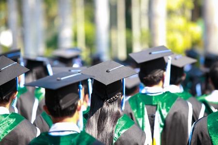 graduacion de universidad: Imagen Multitud de estudiantes en la ceremonia de graduación de detrás
