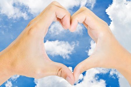 compromiso: Manos de una pareja amorosa forma un corazón Foto de archivo