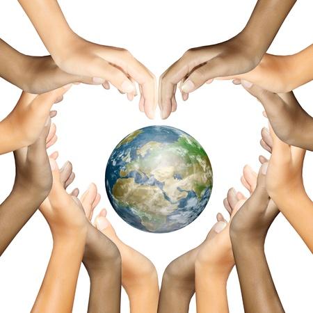 multiracial group: tierra en manos haciendo un coraz�n