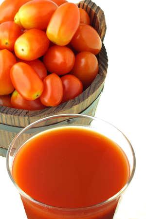 jugo de tomate: Tomates y jugo de tomate Foto de archivo