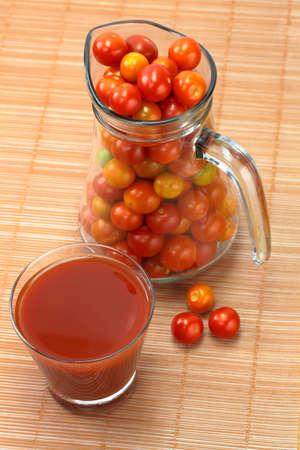 jugo de tomate: Los tomates y el jugo de tomate Foto de archivo